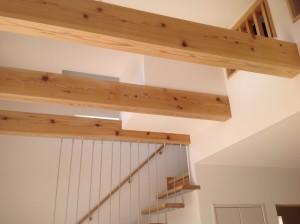 吹き抜け梁とストリップ階段